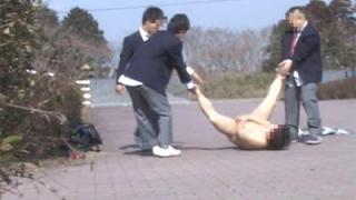 男子生徒が全裸にされ虐められているところにJKの女子生徒が助けてくれた