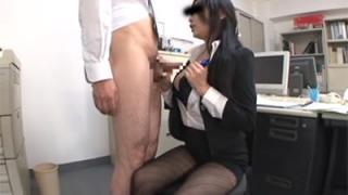 残業していたら女上司が自分のふわふわオッパイをオカズとして使っても良いというので