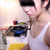 同棲している彼女が風呂上がりのエロい格好のまま料理をしてたので盗撮してみた。
