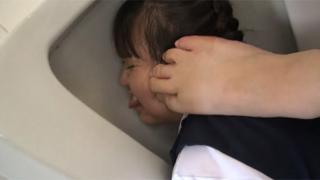 女の子に男子トイレの便器を舐めさせてオナニー