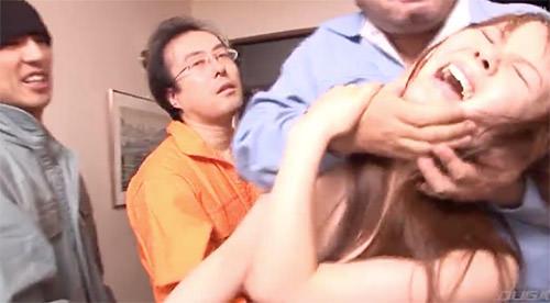 服や下着を引きちぎって暴行し女性を犯すスカッとAV
